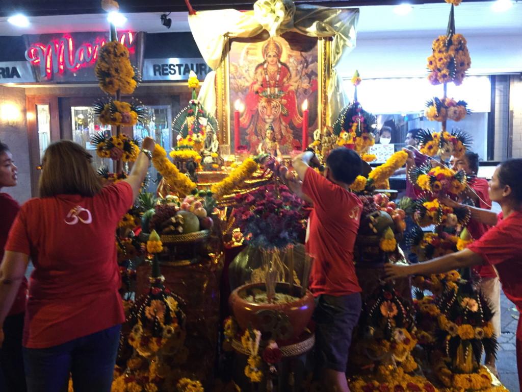 何やら「インドのお祭り」があるようで、飾り付けをおこなう人々