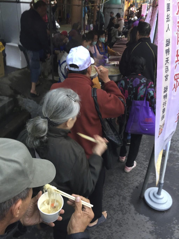 あまりにもおいしいので、食べながら「二杯目」の行列に加わる台湾の人々