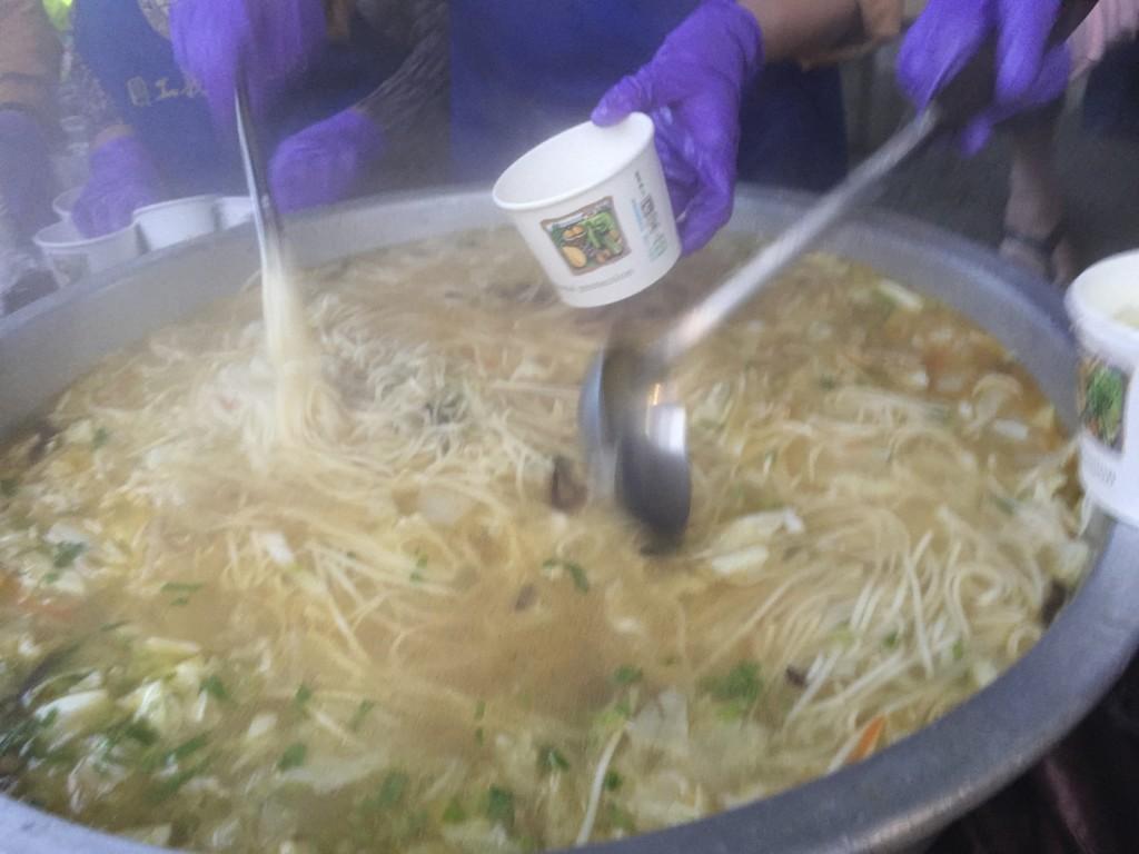 大量に調理されたストックも、どんどん減り、すぐに鍋の底がみえる