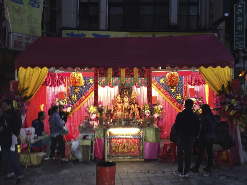 ピンク色の光を放つ祭壇