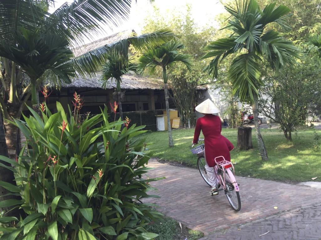 Bình Quới Tourist Village 公園、アオザイ姿のネーサンがチャリで走っていく