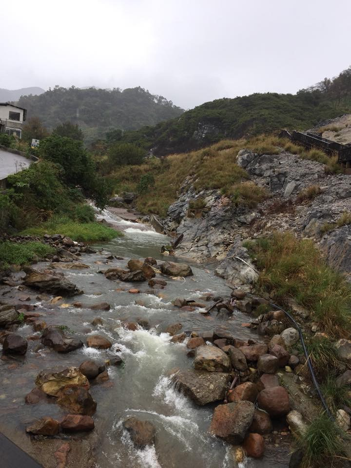 「川湯」という名の通り、温泉のそばには「川」が流れる