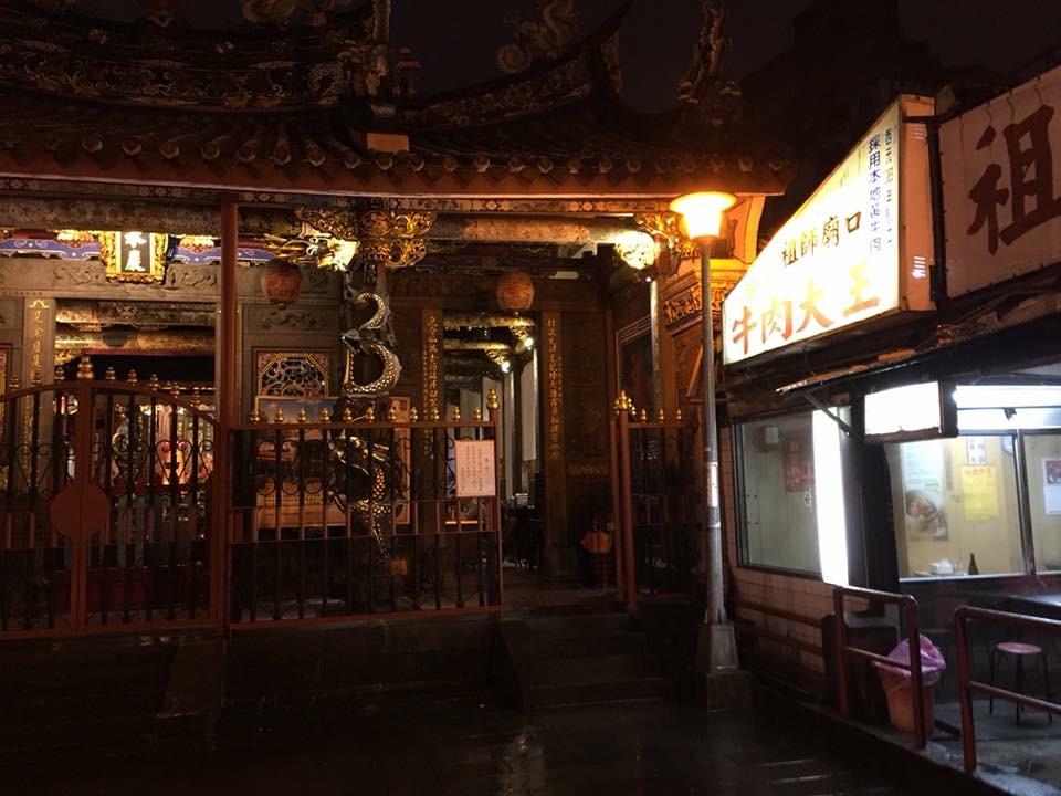廟の敷地内に、ガッツリと食堂がオープンする素敵なアジア仕様
