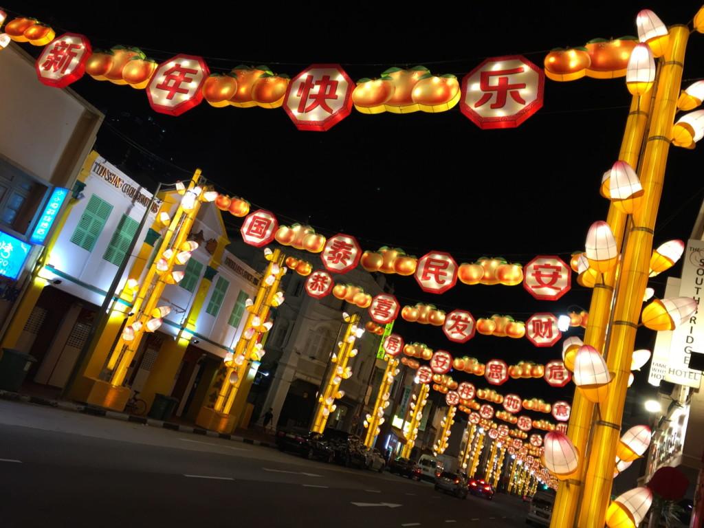 深夜になり街が静まりかえっても、光り輝く電飾