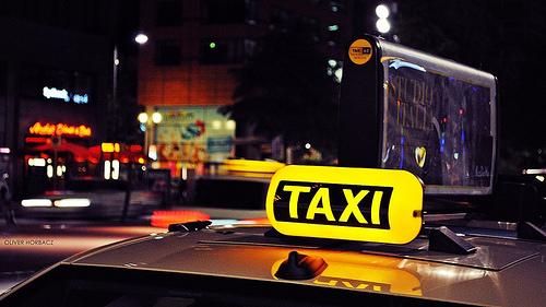 深夜は、空港からの移動手段がタクシーしかない場合も