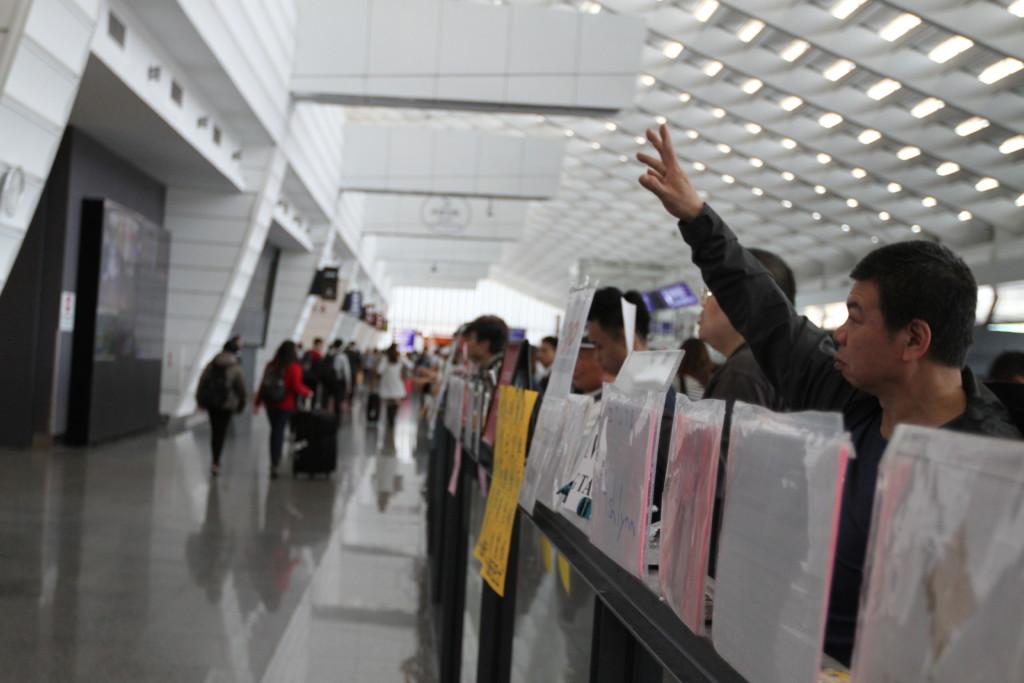 空港から出ると、送迎ドライバーの群れ。まるでホーチミンの空港みたいだ