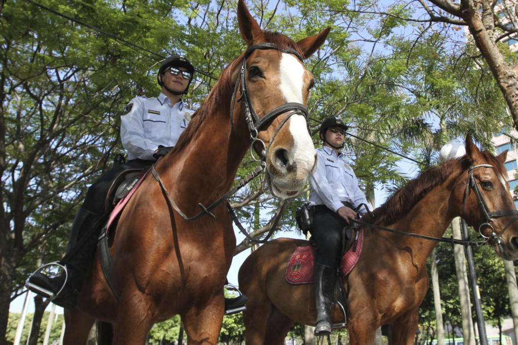 公園には、馬にまたがるオマワリサンの姿も