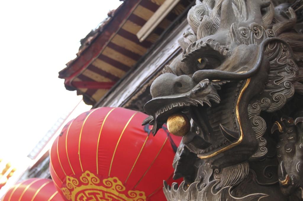 龍の眼球が、あまりにも精彩であることに驚く。まるで、生きているようだ