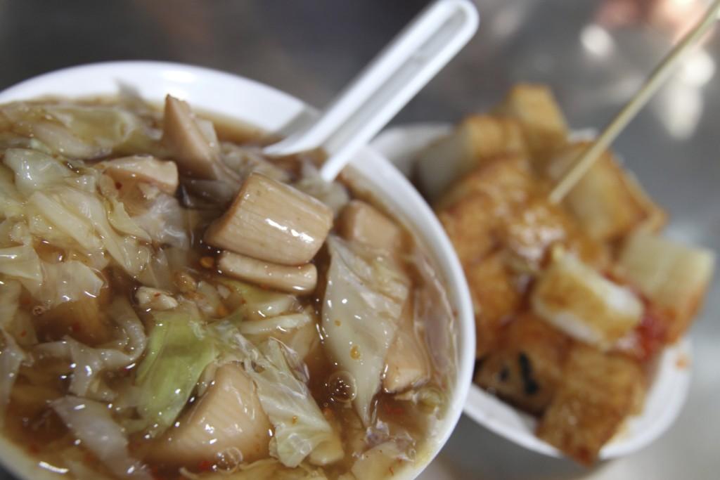 「生炒魷魚」看板メニューの、イカスープ