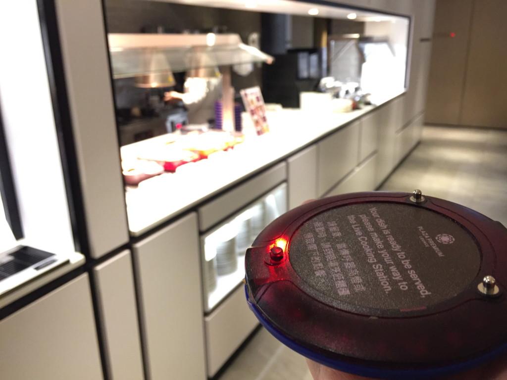 料理ができあがったら、この「ポケベル」チックな端末が光と音で知らせてくれる