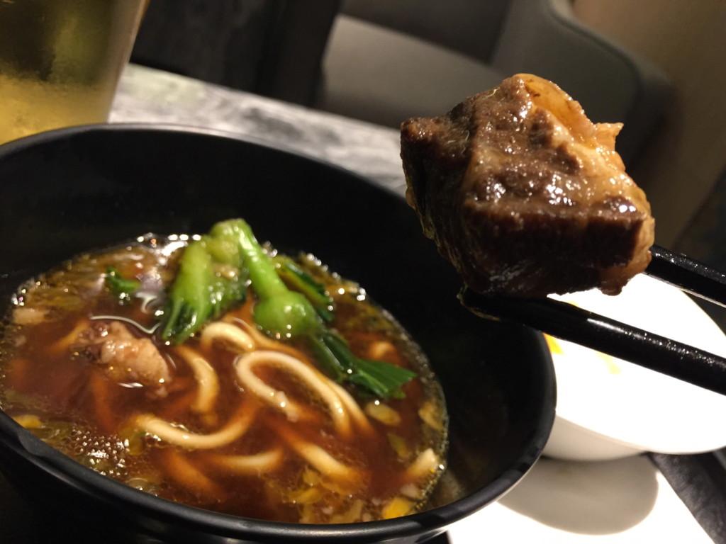 牛肉麺。崩壊寸前にまで煮込まれた牛肉塊が最高に美味