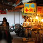 暖色系のランプが照らす、薄暗い市場。地元の「すっぴん姿」、日常感が溢れる一コマ
