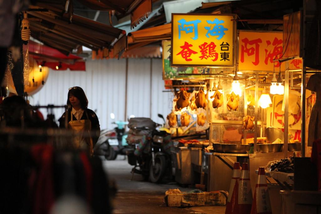 暖色系のランプが照らす、薄暗い市場。「すっぴん姿」の板橋、日常感あふれる一コマ