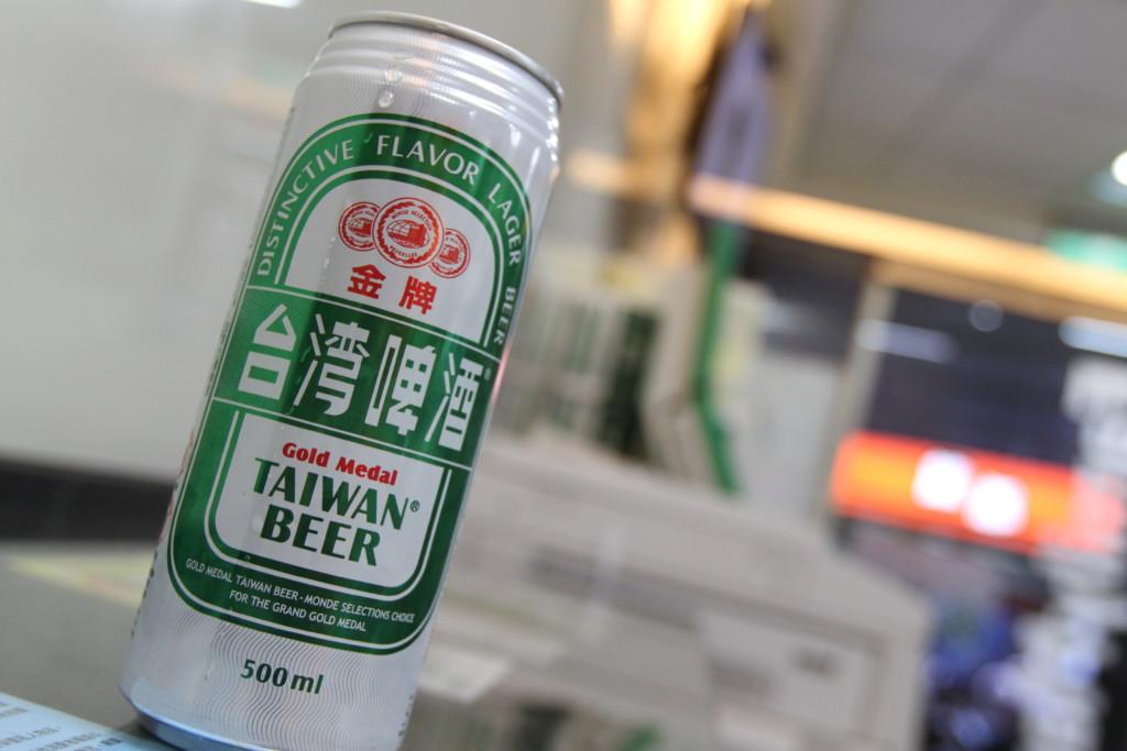 コンビニのイートインで台湾ビールをいただく