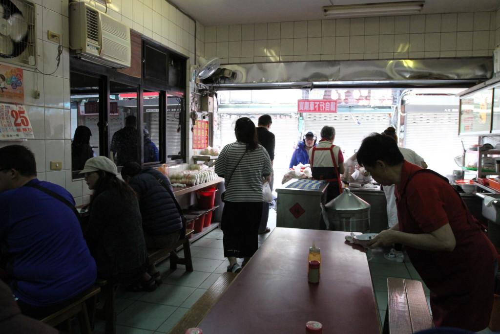 すぐ食べ終わる料理が中心のせいか、店内の回転率は高く、たえず客が循環している