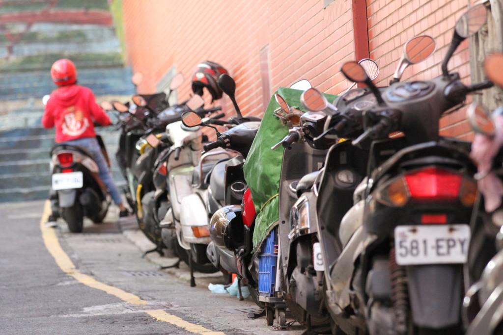 台湾は、とにかく「原付大国」。狭い国土、「どこでも駐車できる」便利さが人々の心をつかんだのか