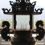 「廟」前には、印象的なシルエットの献香台