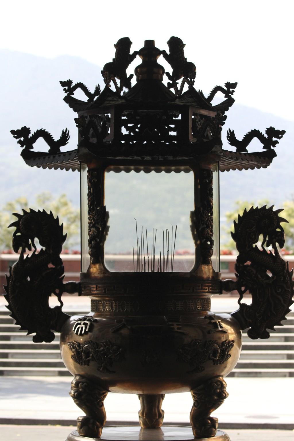 「淡水福佑宮」前には、印象的なシルエットの献香台