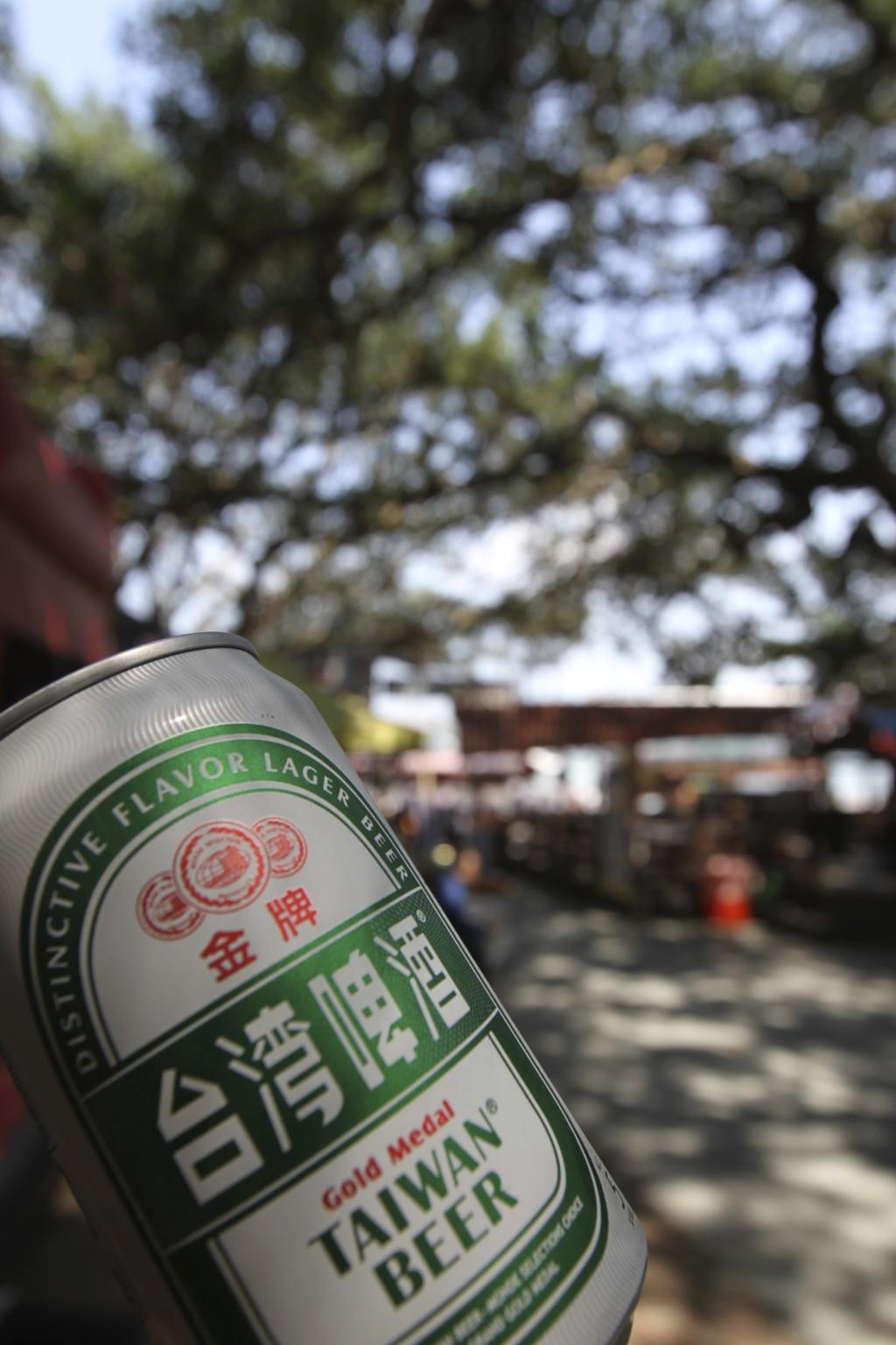 木陰で台湾ビールを「給油」して体力回復、「八里」観光にそなえる