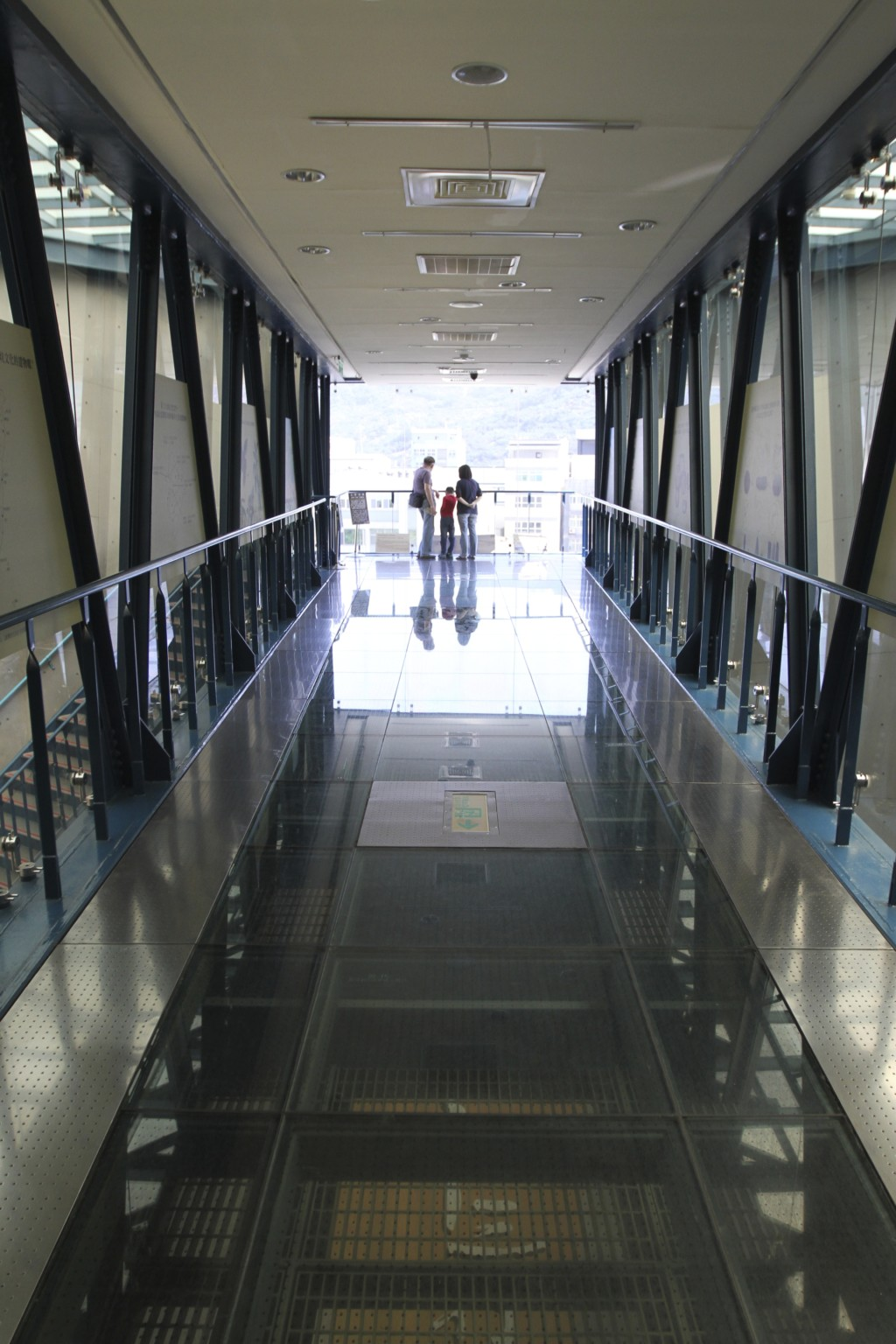 最上階の渡り廊下。写真ではわかりづらいが、床が透明になっている