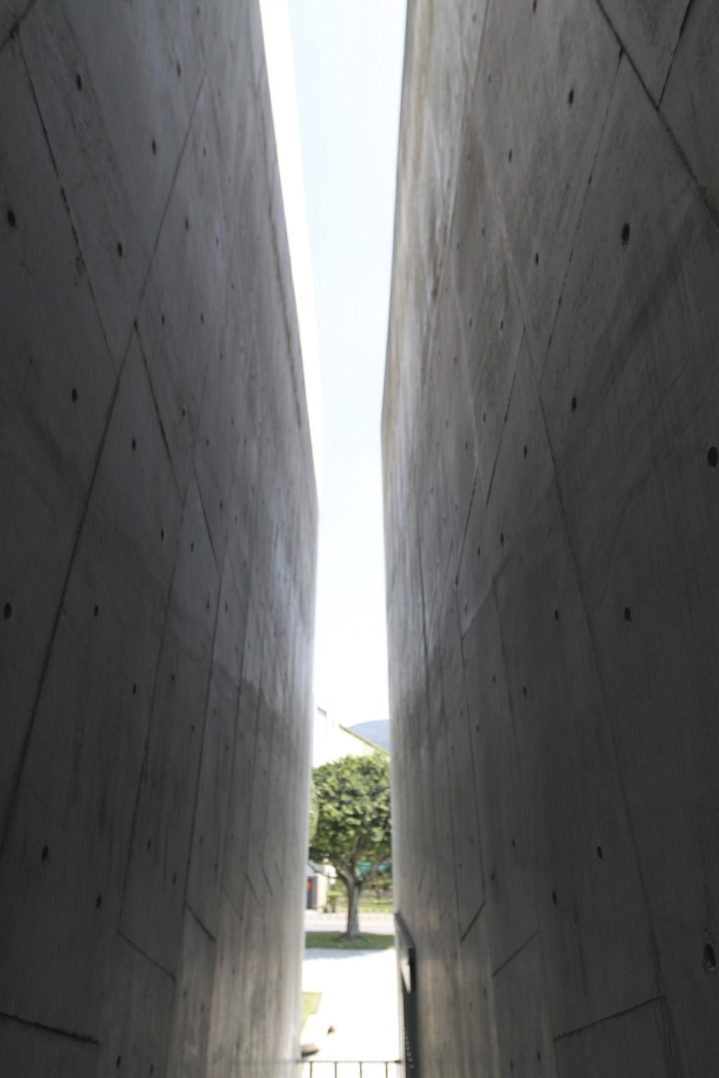 博物館の出口。左右両側を、打ちっぱなしのコンクリート壁に囲まれた、印象的な空間