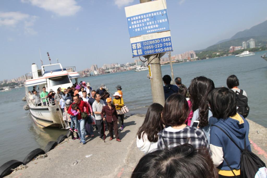 帰路の船に乗る。あいかわらず、大勢の人々が乗り降り