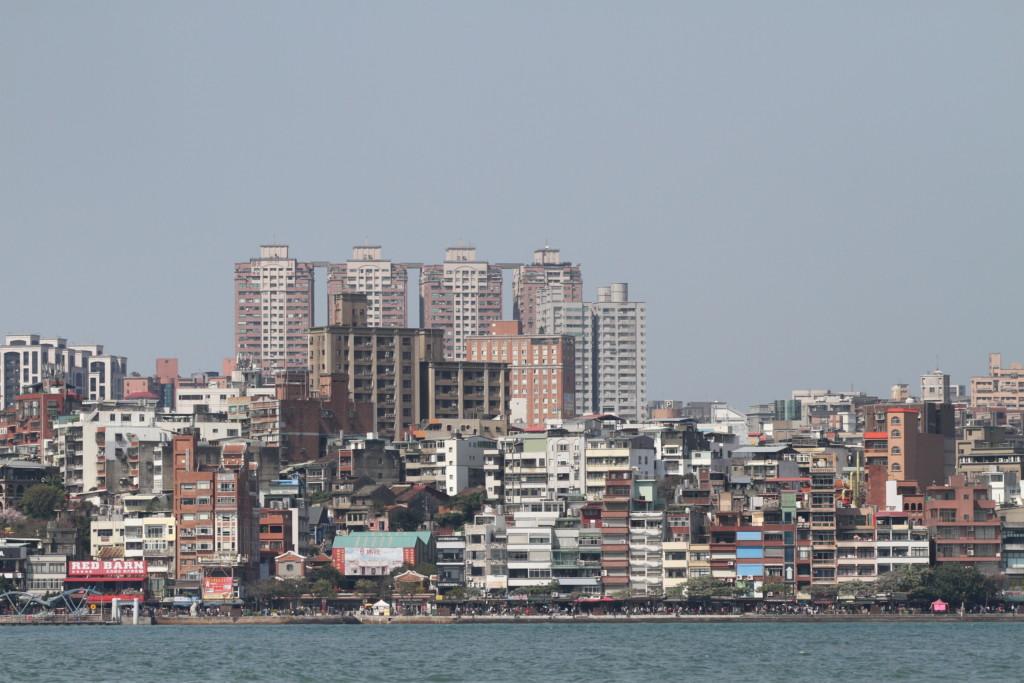 船から眺める、淡水の街。思ったよりも、高層ビルがたくさんそびえ立つ街なのだ