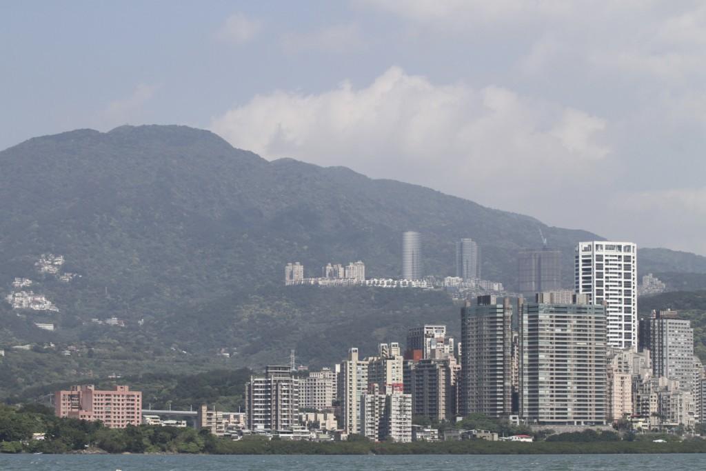 背後に山、前面に海という地理的条件は「神戸」を思わせる