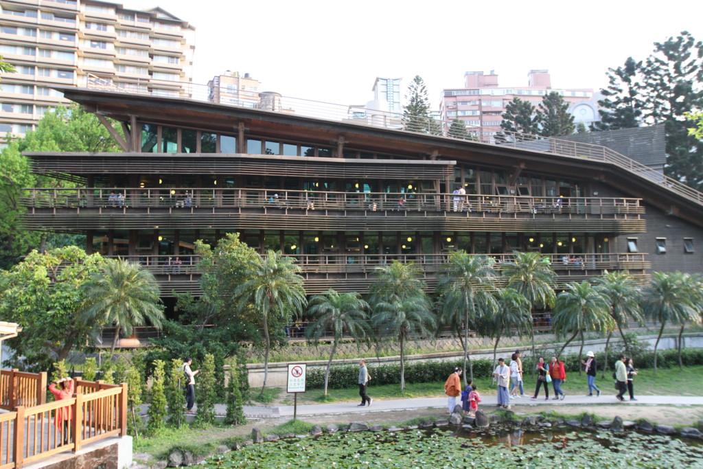このおシャンティな建物は、実は図書館。観光客も立ち止まって写真におさめる「北投図書館」