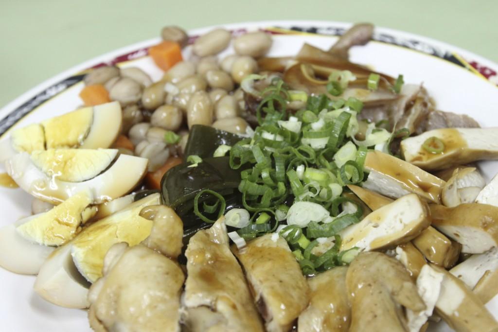 酒の肴になる小料理が一皿にセットされた「総合小菜」