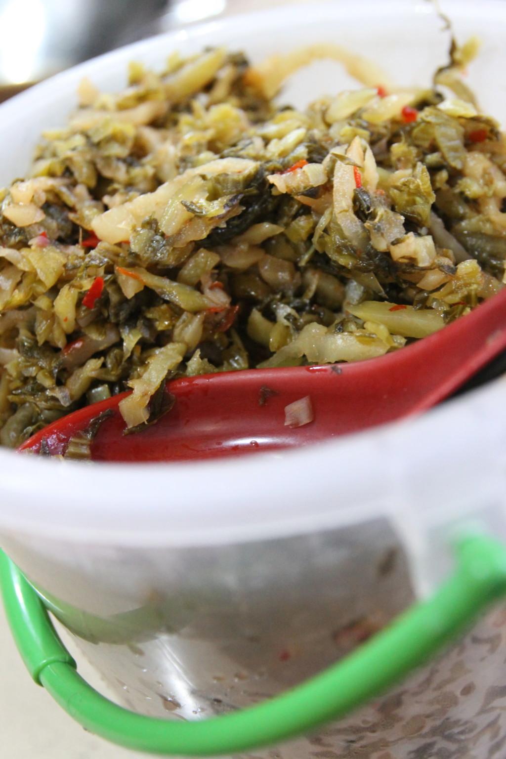 日本のラーメン屋さんみたいに、「高菜」っぽいものが置かれている