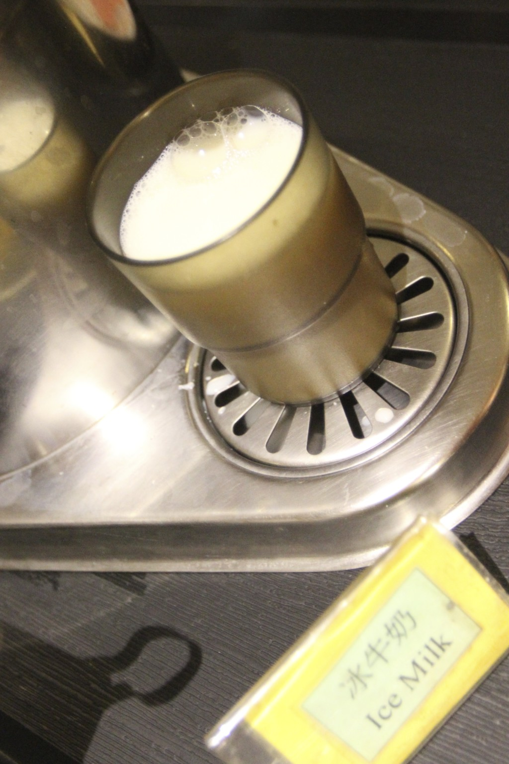 てっきり「ミルクティー」と早とちりして、サーバーから注いだら、真っ白な液体がドボドボ出て、びっくり。「冷たい牛乳」だった