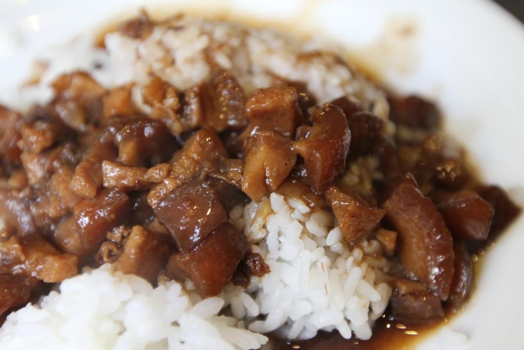 魯肉飯(ルーローファン)はセルフサービスで、熱々ごはんにブッかけていただくスタイル