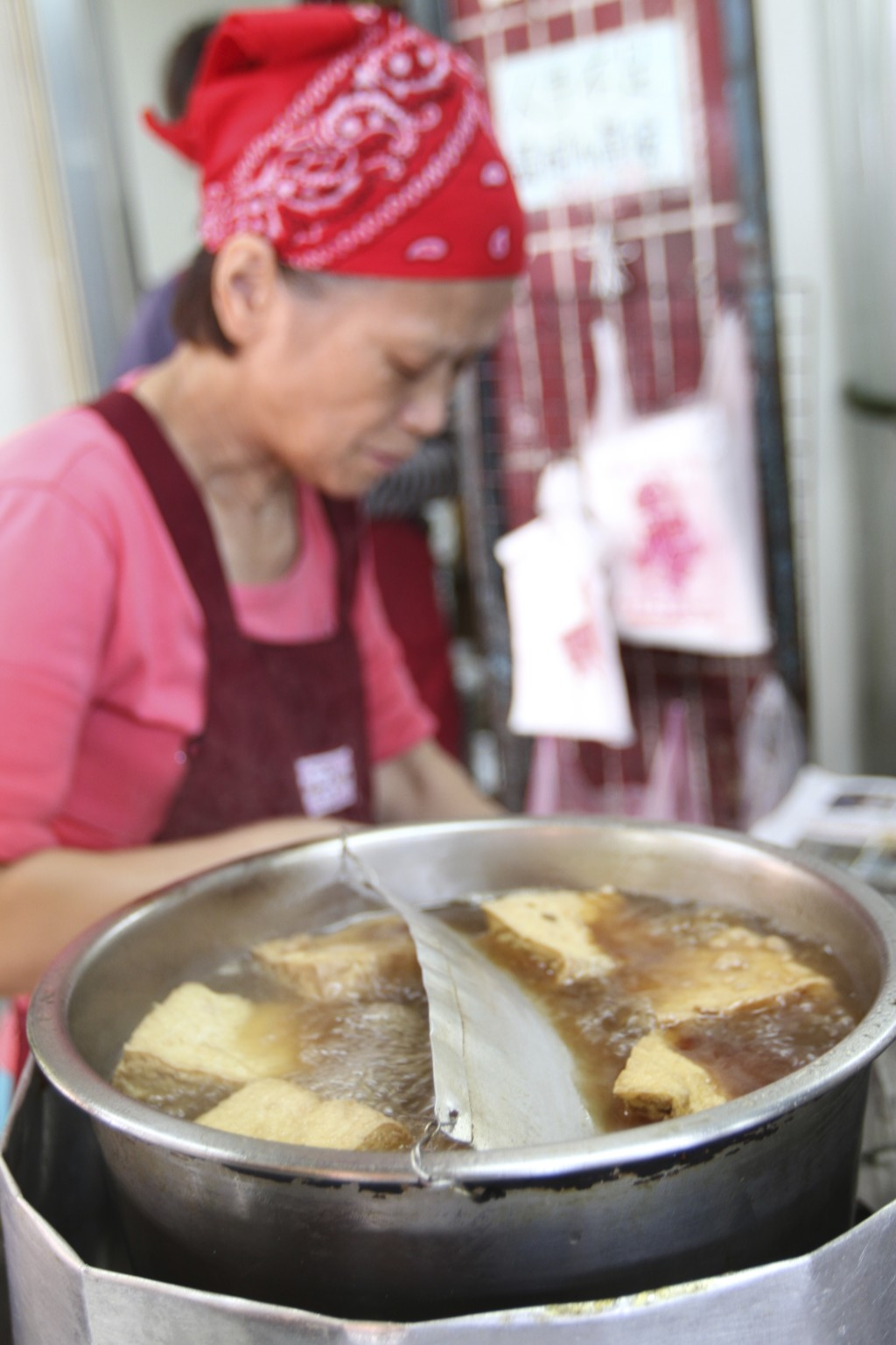 店頭では「揚げ豆腐」のようなものが調理されている