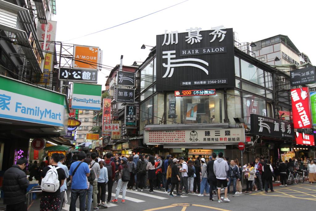 台湾人は、ほんとうに並ぶのが大好き。隙あらば割り込む大陸の人々とは、対照的