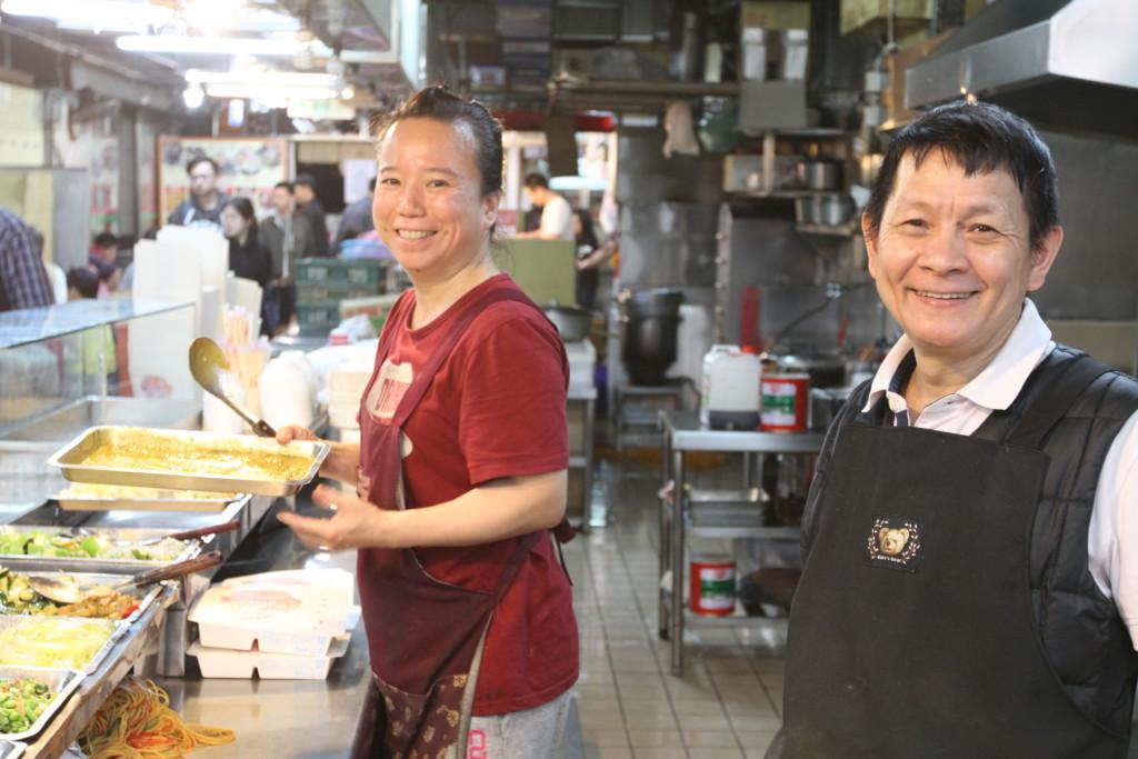 「祥記」のお隣にある総菜屋さん。笑顔にホッコリ癒される