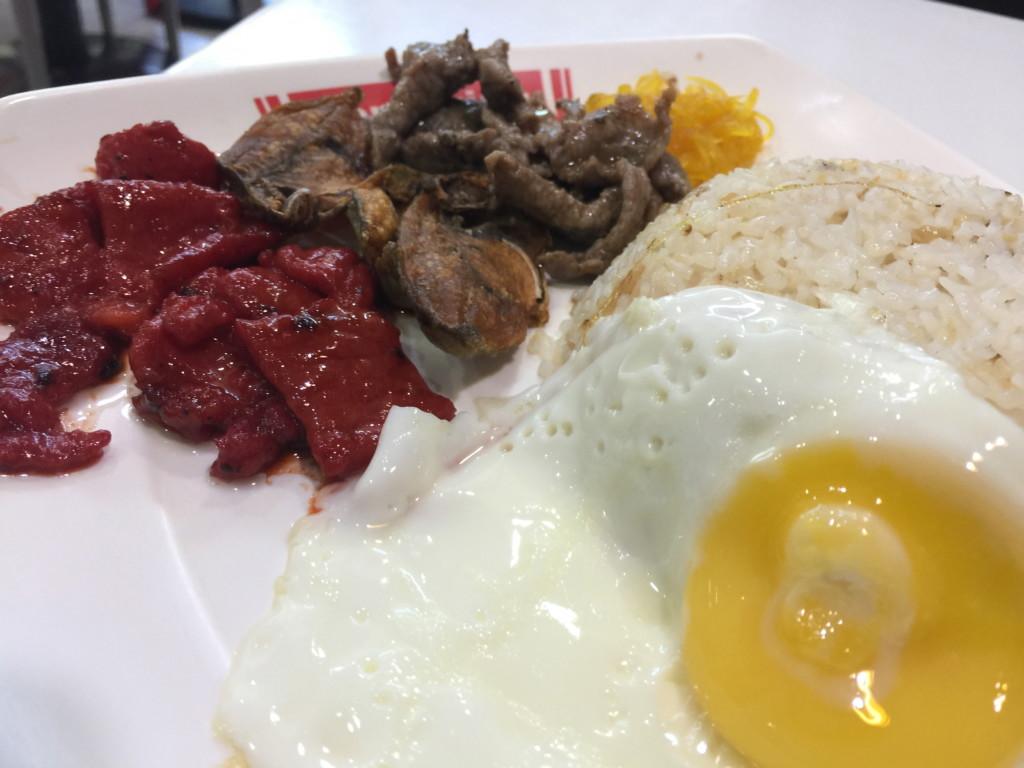 これがフィリピン朝食の定番「タパ」。牛肉を甘辛く炒めたものが、目玉焼きライスとセットになっている