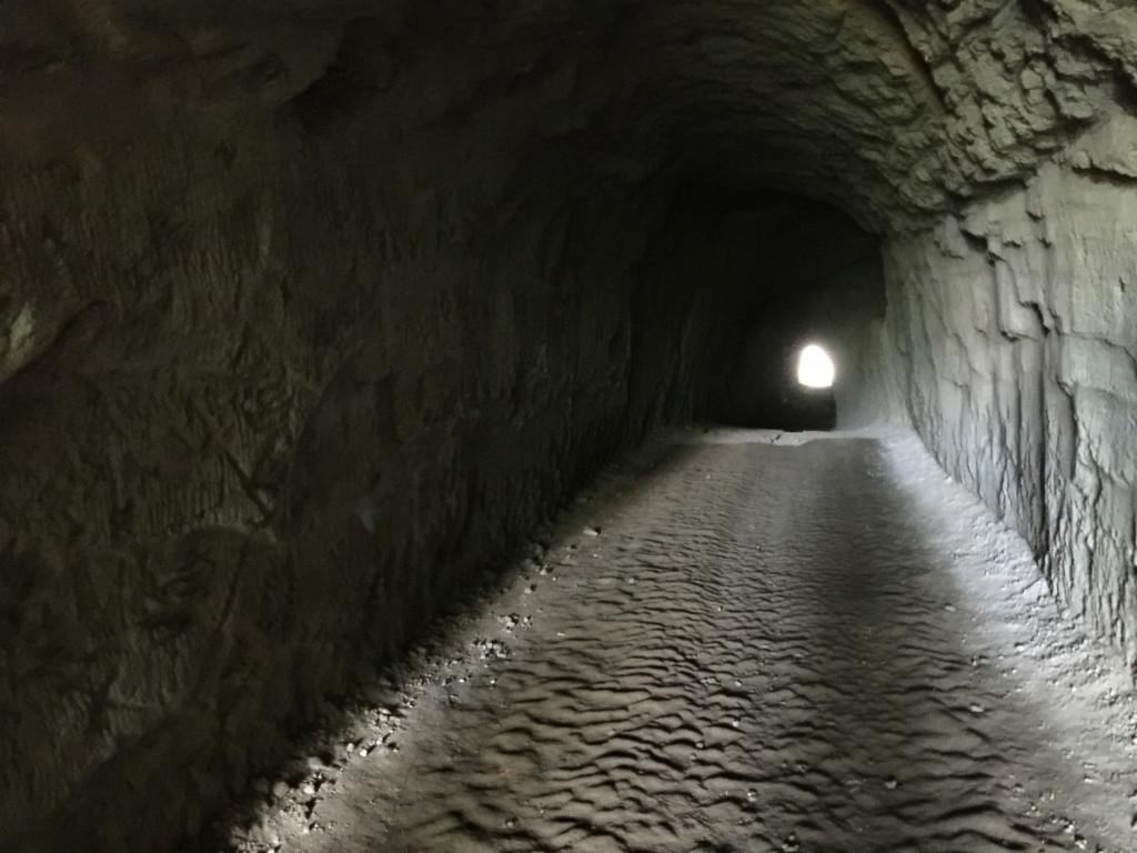 思ったよりも長いトンネル。スマホで足下を照らしながら、すこしずつ前進
