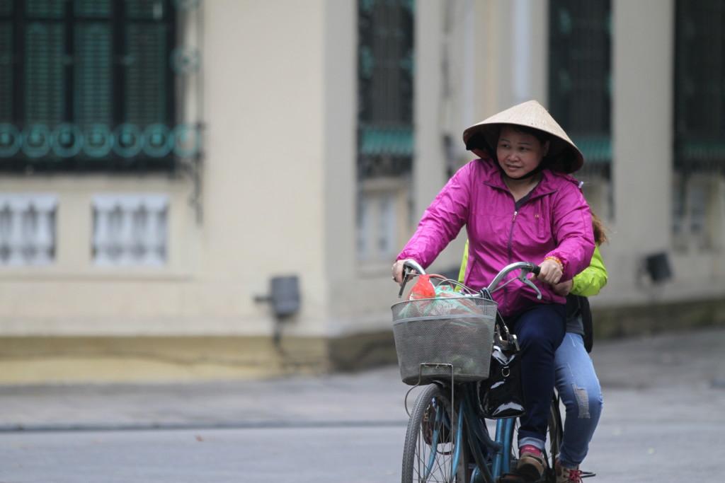 自転車に乗るベトナム婦人
