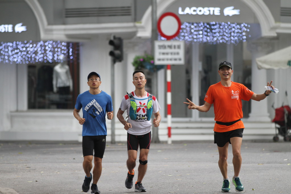 マラソン大会の予行演習中な人たち