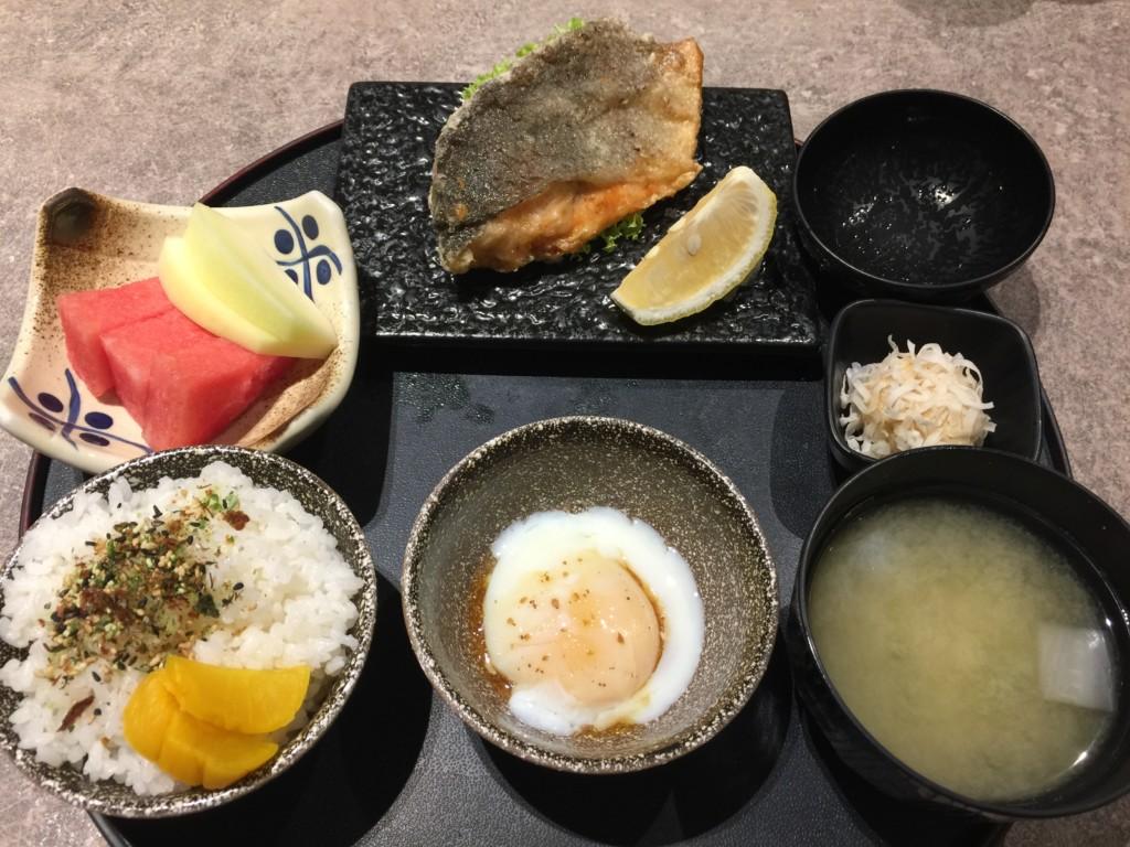 無料の「日本風な朝食」がテーブルへ、ドドーン!!