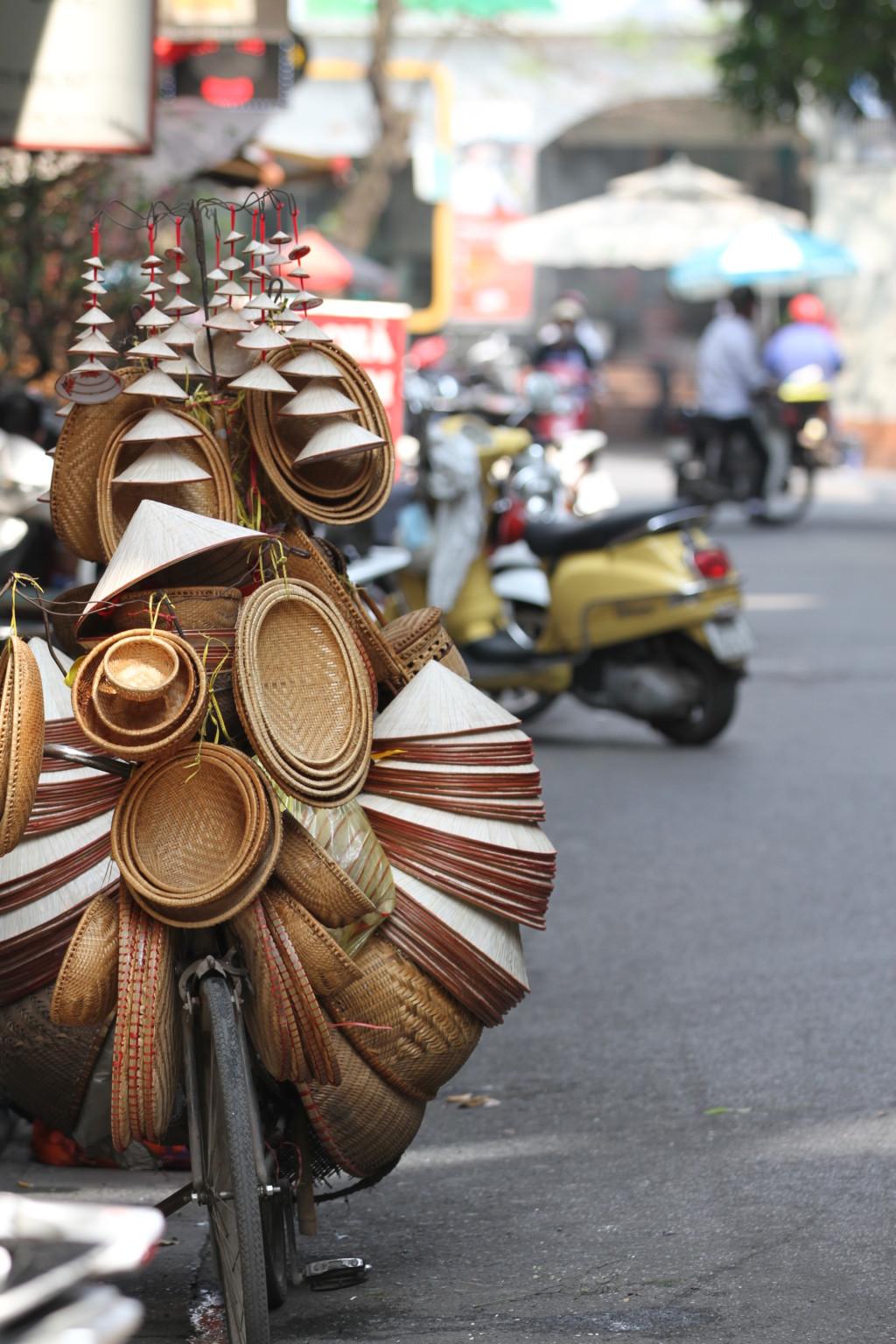 おしゃれに積まれたベトナム帽
