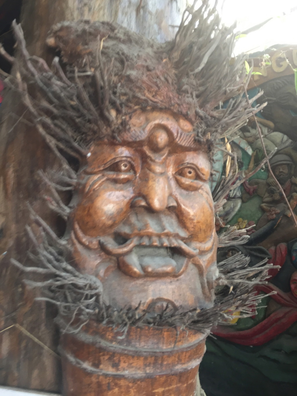 木の枝でヒゲを表現している仙人風おじさん