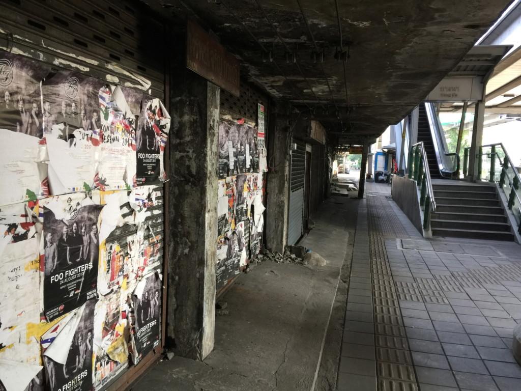 BTS駅の真正面という「一等地」なのに、このサビレ具合