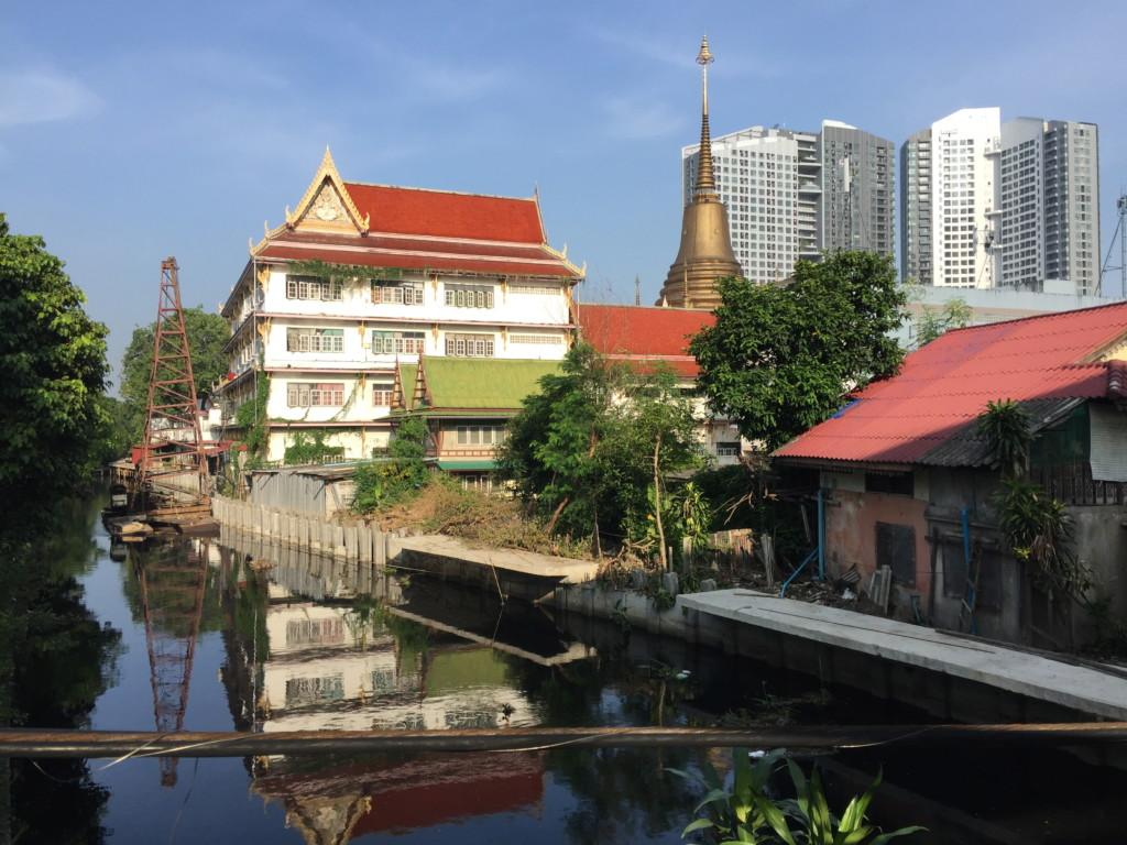 寺、高層ビル、ドブ川。きわめてバンコクらしい風景