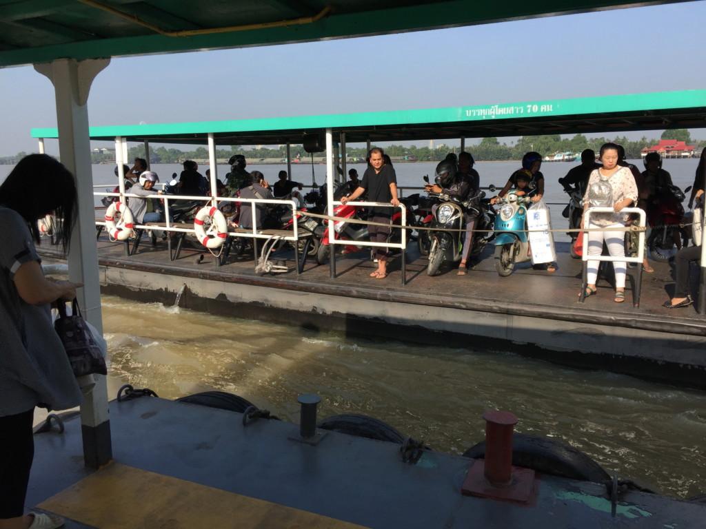ボートがやってきた。降りる人(とバイク)が先というルールは日本と同じ