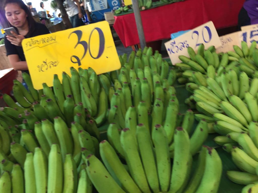 なぜか、島内で売られているバナナは真緑のものばかり