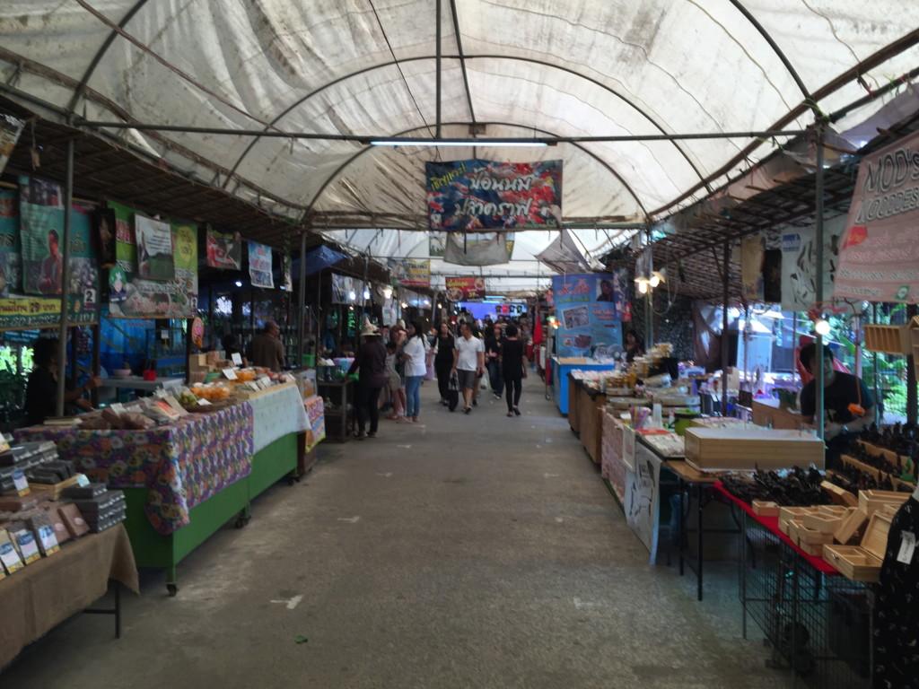 バンクラチャオの市場、島内で一番賑やかなスポット