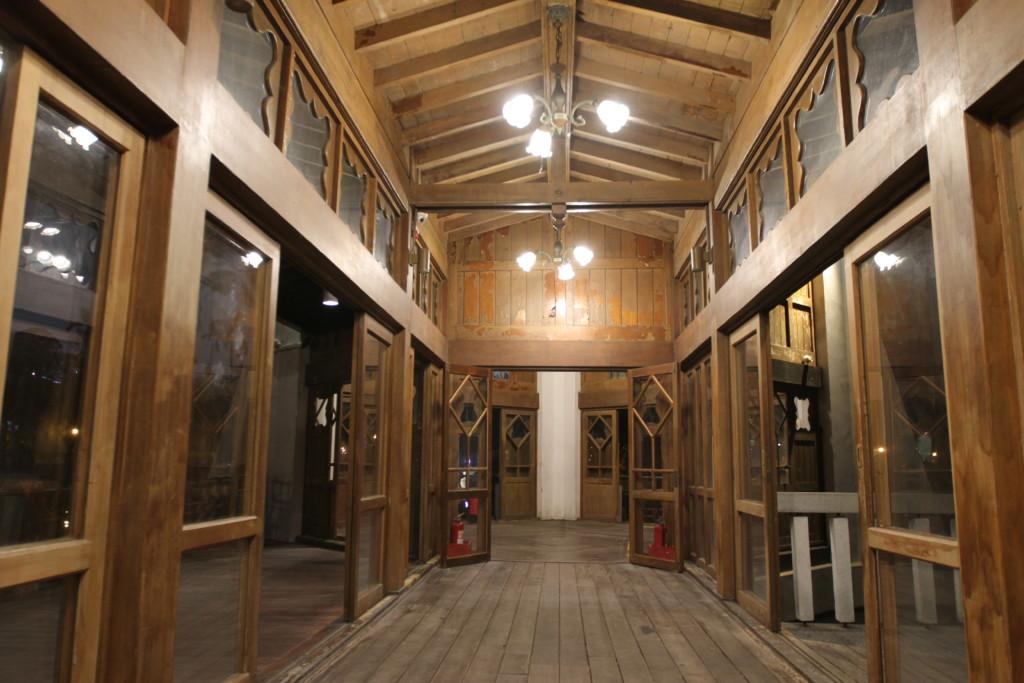 「湖心亭」内の渡り廊下