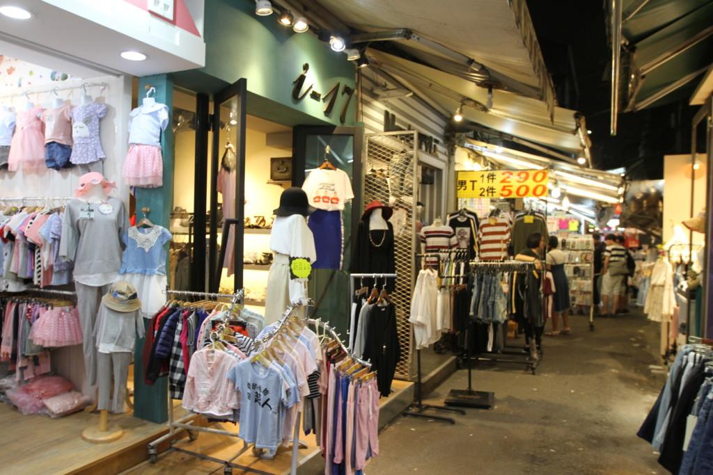衣服関連のショップも、あきれかえるほど多数、出店している